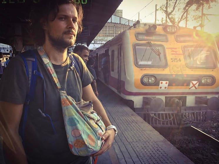 С щенком на поезде