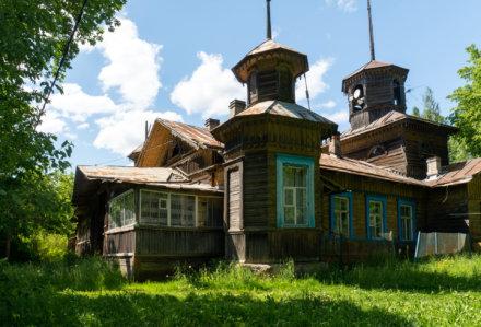 Деревянная кирха в поселке Дружная горка